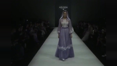 美女模特走秀,身穿温柔的紫色纱裙,仙气十足