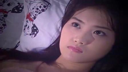 美女洗完澡躺床上睡不着,想起男友干的事,不