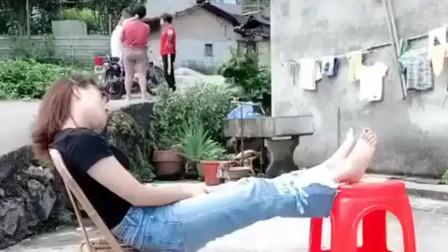 媳妇睡觉端盆水恶搞她,一屁股坐盆里,网友: