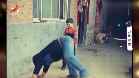家庭幽默录像:主人独自下楼扔垃圾,狗狗当场