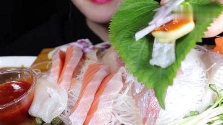 吃播:韩国美女吃货试吃三文鱼刺身,配上黑色飞鱼籽,吃得特别过瘾