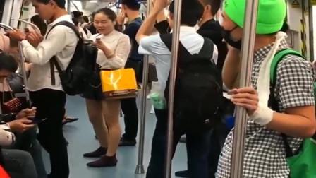 地铁恶搞,小伙给医院电话一听通话内容,旁边的帅哥不厚道笑了!