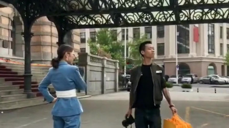新来的女模特有点害羞,摄影小哥亲自示范,还真抓住了街拍的精髓!