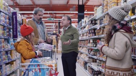 老爸带女儿逛超市,被经理叫走,无奈只能让美