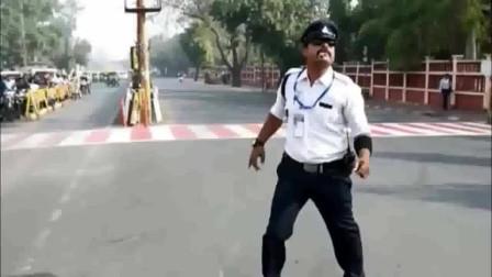 印度交警上班,我能坐到路边看一整天!感觉很幽默,赞一个!