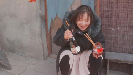 爆笑:媳妇发现老公偷喝酒, 恶搞往里加辣椒面
