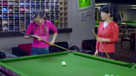 美女带闺蜜打台球,没想到她拿起球杆,竟把人