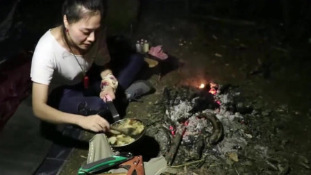 美女野外烹饪烤香蕉,真是一道黑暗料理啊
