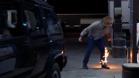 男子给美女点烟,点完就把火柴往地上丢,可一