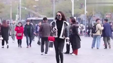 街拍这两美女在街头走路有模特气质!好想过去