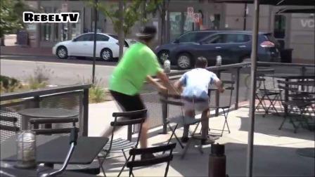 国外搞笑视频:恶搞路人椅子,撒腿就跑 3