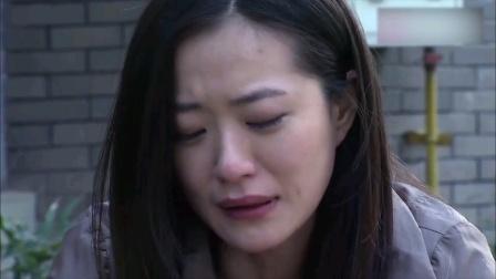 美女在路边伤心痛哭。