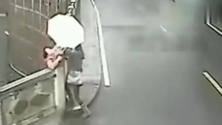 监控:美女走在路上突然发现不对劲,转身的瞬