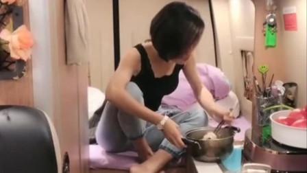 美女一个人开车全国自驾游,房车里吃自己煮的