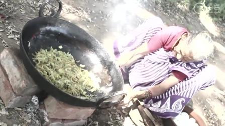 印度老奶奶野外生火做饭 好几十个鸡蛋先煮后炒 出锅后喂孙子吃
