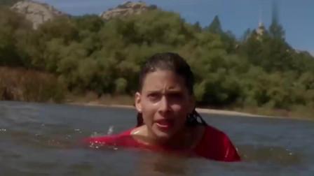 湖面漂浮一片淤泥,美女好奇用手摸,整个人直