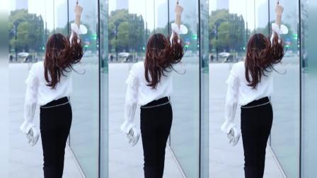 街拍美女黑色裤子配长发,美到骨子里!