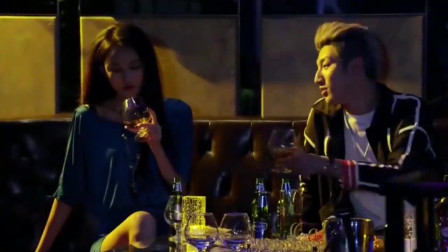 美女老师竟和学生一起去酒吧,却总是冷着一张