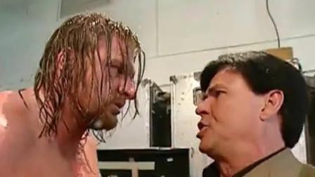 WWE:总经理和美女纠缠,HHH一把抓住美女的脸: