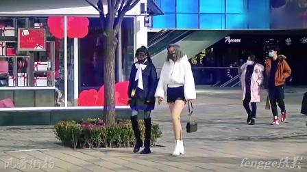 街拍:光腿神器配热裤,夏装春穿黑白配,周末