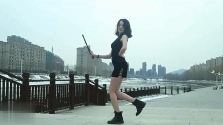 冰天雪地,美女却一身短裙,这舞蹈真美