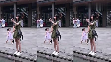 街拍美女:有这样细心的男朋友你羡慕了吗?你们会给女朋友撑伞吗