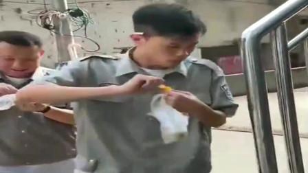 广西老表搞笑视频:小伙问猫哥要咸鸭蛋吃,油条搞错意思,尴尬了