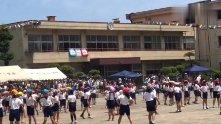 日本小学生正在上体育课,操场突然发生龙卷风
