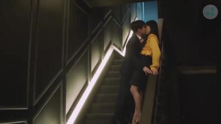 韩国小伙追求美女真有一套,首次送女孩回家,就成功吻上了
