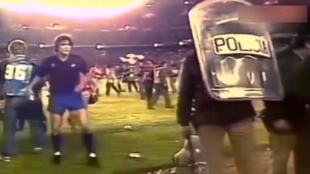 当年马拉多纳的赛场冲突,脾气是真暴,估计现