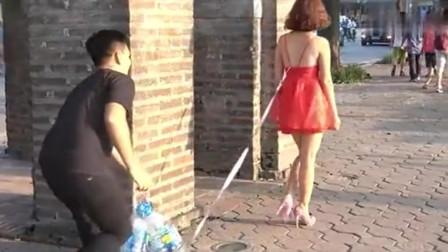 恶搞在美女背后挂一串饮料瓶,回头率太高了