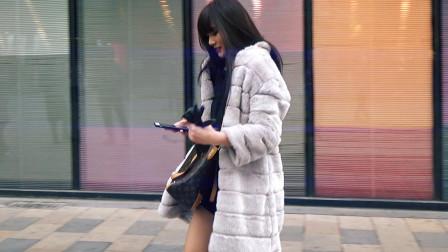 三里屯街拍:美女爱穿光腿神器保暖又美腿涨颜值,总不如真光腿真实