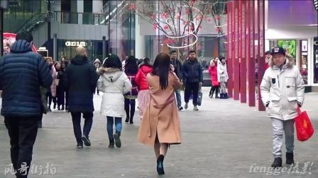 街拍:美女爱穿光腿神器保暖又美腿涨颜值,终不如真光腿真实