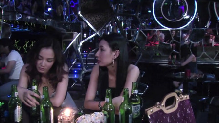 美女感情不顺,晚上和闺蜜去酒吧买醉!