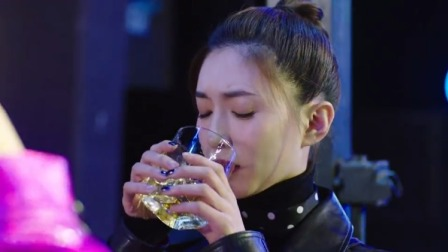 美女第一次去酒吧,不料老外几杯灌下肚,彻底