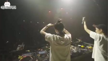 和朋友到上海的酒吧里玩耍,台上站着两个美女DJ,网友:丸子头!