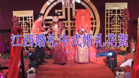 实拍中式婚礼新郎挑红盖头,新娘笑起来很动人