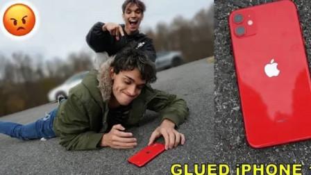 熊孩子恶搞:将哥哥的iphone11用胶水黏在地上,结