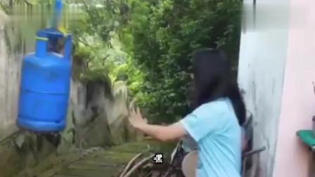搞笑视频:妹子 但凡煤气罐有点气 不至于惯着你