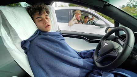 小哥恶搞小伙伴开车的时候睡觉,小伙伴的反应