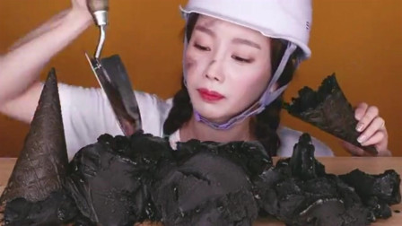 """韩国美女吃起黑暗料理""""一桌煤炭"""",吃的满脸"""