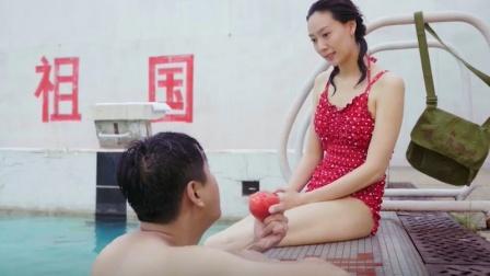 美女穿红色泳衣在水里嬉戏,小伙在岸上看呆了