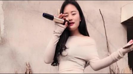 气质美女唱起情歌,歌声撩人,听着听着入迷了