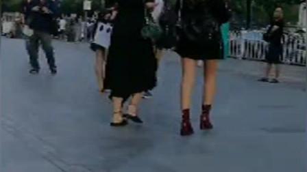 街拍:偶遇俩个酷酷的美女,时尚潇洒