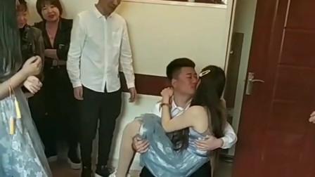 搞笑视频:伴郎和伴娘这么快就亲上了?发展的