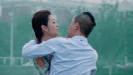 陈小春帮美女带项链,偷偷亲她,这套路绝了