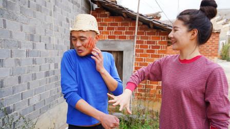 美女和傻小伙玩石头剪刀布,谁赢了打谁一巴掌