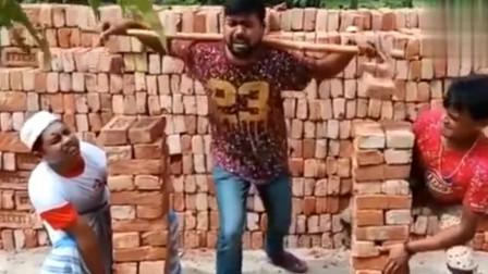 搞笑視頻:第一次看到這樣搬砖