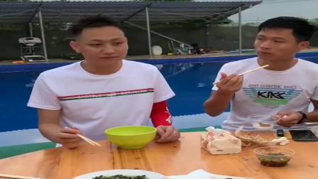 广西老表搞笑视频,农庄吃饭各显才艺,众人看