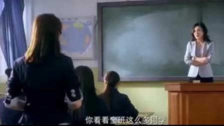 女学生穿裙子来学校,哪料美女老师更火辣,当